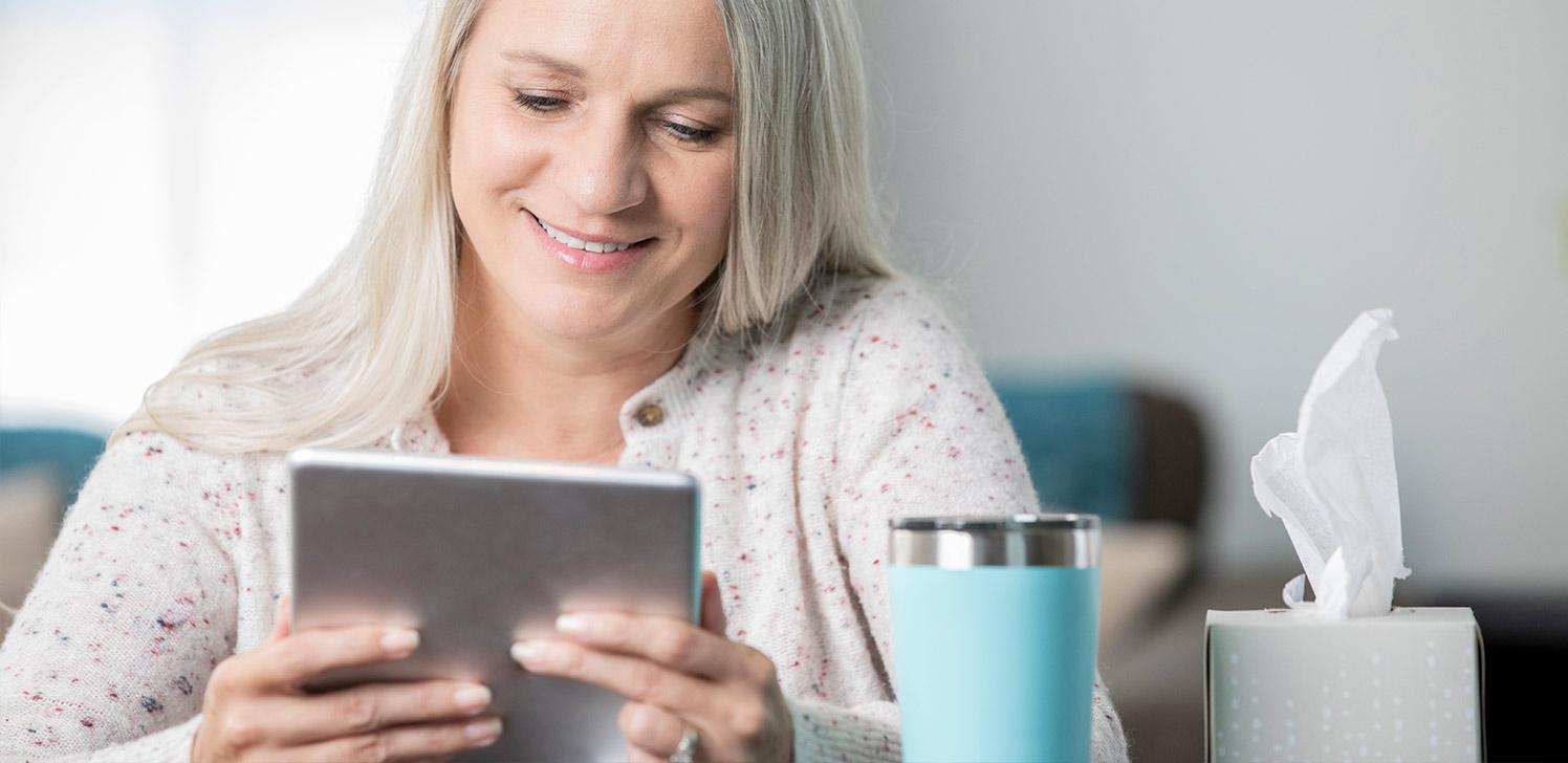 Jubilada con una tableta mirando las últimas noticias de salud