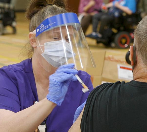 Las vacunas contra el COVID-19 se administran en una clínica móvil